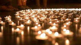 Ένα άτομο που τοποθετεί το κερί στην ομάδα κεριών Στοκ Φωτογραφίες