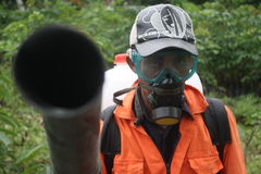 ένα άτομο που φορά μια μάσκα Στοκ εικόνα με δικαίωμα ελεύθερης χρήσης