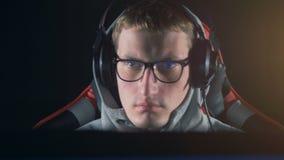 Ένα άτομο που φορά τον εξοπλισμό τυχερού παιχνιδιού κατά μια μπροστινή άποψη απόθεμα βίντεο