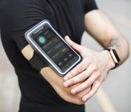Ένα άτομο που φορά armband smartphone Στοκ εικόνες με δικαίωμα ελεύθερης χρήσης