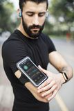 Ένα άτομο που φορά armband smartphone Στοκ Εικόνες