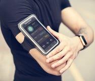 Ένα άτομο που φορά armband smartphone Στοκ Φωτογραφίες