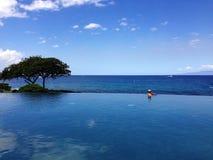 Ένα άτομο που χαλαρώνει στην πισίνα απείρου στοκ εικόνα με δικαίωμα ελεύθερης χρήσης