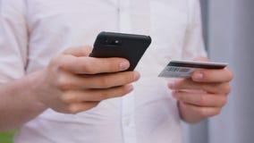 Ένα άτομο που χρησιμοποιεί ένα κινητό τηλέφωνο υπαίθρια απόθεμα βίντεο