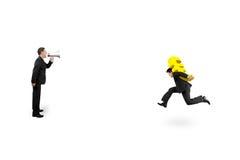 Ένα άτομο που χρησιμοποιεί τον ομιλητή κατευθύνει ένα άλλο τρέξιμο σημαδιών μεταφοράς ευρο- Στοκ Εικόνα