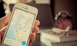 Ένα άτομο που χρησιμοποιεί google τους χάρτες για το επιχειρησιακό ταξίδι Στοκ φωτογραφία με δικαίωμα ελεύθερης χρήσης