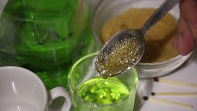 Ένα άτομο προετοιμάζει ένα κοκτέιλ του αψιθιάς Ζάχαρη, που υγραίνονται με ένα ισχυρό ποτό, εγκαύματα σε ένα κουταλάκι του γλυκού  απόθεμα βίντεο