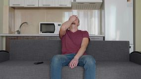 Ένα άτομο προσέχει τη TV απόθεμα βίντεο
