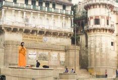 Ένα άτομο προσεύχεται στο Γάγκη στα ξημερώματα στοκ φωτογραφίες