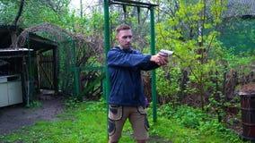 Ένα άτομο πυροβολεί ένα πυροβόλο όπλο απόθεμα βίντεο