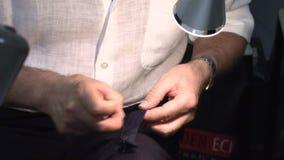 Ένα άτομο ράβει τα ενδύματα σε ένα χέρι απόθεμα βίντεο