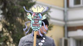 Ένα άτομο σε έναν στύλο με ένα σημάδι στο χέρι του απόθεμα βίντεο