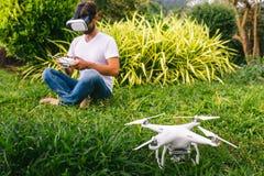 Ένα άτομο σε ένα κράνος εικονικής πραγματικότητας στοκ φωτογραφίες με δικαίωμα ελεύθερης χρήσης