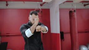 Ένα άτομο σε ένα μαύρο κιμονό παρουσιάζει έναρξη απόθεμα βίντεο