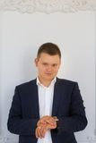 Ένα άτομο σε ένα σκοτεινό κοστούμι Στοκ φωτογραφία με δικαίωμα ελεύθερης χρήσης