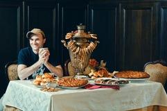 Ένα άτομο σε ένα τσάι επιτραπέζιας κατανάλωσης από ένα σαμοβάρι Στοκ φωτογραφίες με δικαίωμα ελεύθερης χρήσης