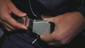Ένα άτομο σε ένα αθλητικό κοστούμι στερεώνεται με μια ζώνη ασφαλείας σε ένα αεροπλάνο HD, 1920x1080 κίνηση αργή απόθεμα βίντεο
