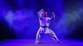 Ένα άτομο σε ένα κιμονό συμμετέχει karate απόθεμα βίντεο