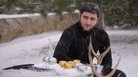 Ένα άτομο σε ένα μαύρο κοστούμι κάτω από τη ισχυρή χιονόπτωση γοτθικός απόθεμα βίντεο