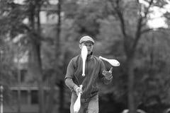 Ένα άτομο σε μια ΚΑΠ κάνει ταχυδακτυλουργίες με τις λέσχες στην οδό στοκ εικόνες