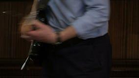 Ένα άτομο σε ένα μπλε πουκάμισο παίζει μια ηλεκτρική κιθάρα E Μουσική συναυλία απόδοσης ή σπιτιών φιλμ μικρού μήκους