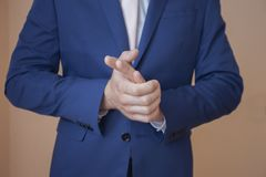 Ένα άτομο σε ένα όμορφο κοστούμι Στοκ φωτογραφία με δικαίωμα ελεύθερης χρήσης
