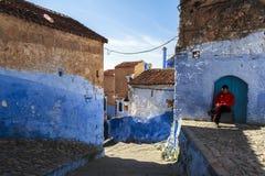 Ένα άτομο σε Medina Chefchaouen στο Μαρόκο Στοκ φωτογραφία με δικαίωμα ελεύθερης χρήσης
