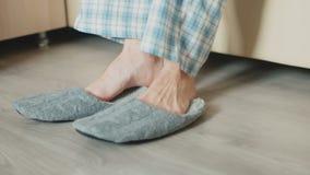 Ένα άτομο σηκώνεται στο κρεβάτι και φορά τις παντόφλες φιλμ μικρού μήκους