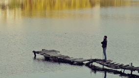 Ένα άτομο στέκεται στην παλαιά γέφυρα φιλμ μικρού μήκους