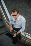 Ένα άτομο στα γυαλιά ηλίου και με ένα lap-top στοκ εικόνες με δικαίωμα ελεύθερης χρήσης
