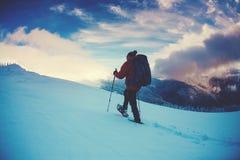 Ένα άτομο στα πλέγματα σχήματος ρακέτας στα βουνά Στοκ Εικόνες