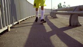 Ένα άτομο στα τρεξίματα αθλητικών ενδυμάτων πέρα από τη γέφυρα το πρωί απόθεμα βίντεο
