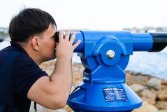 Ένα άτομο στην ακτή που εξετάζει τη θάλασσα με τις διόπτρες Στοκ φωτογραφία με δικαίωμα ελεύθερης χρήσης