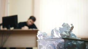 Ένα άτομο στην αρχή γράφοντας κάτι, εστίαση στο trashcan στοκ εικόνες