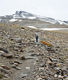 Οδοιπόρος που αναρριχείται στο μέγιστο Veleta στην οροσειρά Νεβάδα Στοκ εικόνα με δικαίωμα ελεύθερης χρήσης