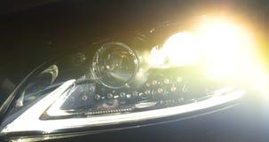 Ένα άτομο στην υπηρεσία αυτοκινήτων γκαράζ ελέγχει το συναγερμό αυτοκινήτων και πηγαίνει έπειτα μακριά απόθεμα βίντεο