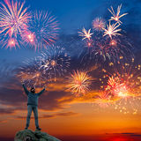 Ένα άτομο στην όμορφη ανασκόπηση πυροτεχνημάτων διακοπών Στοκ Εικόνα