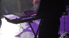 Ένα άτομο στη σκηνή παίζει έναν συνθέτη, μια συναυλία απόθεμα βίντεο