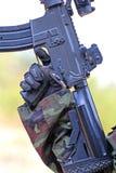 Ένα άτομο στο κοστούμι στρατιωτών με το πυροβόλο όπλο του BB Στοκ Φωτογραφίες