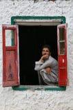 Ένα άτομο στο παράθυρο Στοκ Εικόνα