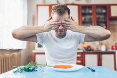 Ένα άτομο στο σπίτι σε μια διατροφή στοκ εικόνα με δικαίωμα ελεύθερης χρήσης