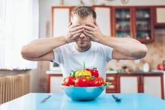 Ένα άτομο στο σπίτι σε μια διατροφή στοκ εικόνες