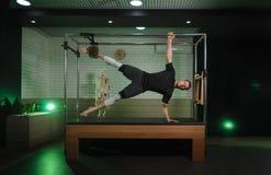 Ένα άτομο συμμετέχει σε Pilates Ικανότητα και αθλητισμός Στοκ Εικόνα