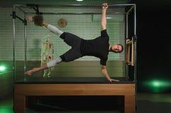 Ένα άτομο συμμετέχει σε Pilates Ικανότητα και αθλητισμός Στοκ φωτογραφία με δικαίωμα ελεύθερης χρήσης