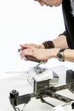 Ένα άτομο συλλέγει quadcopter Στοκ Εικόνα