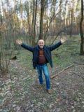Ένα άτομο της ώριμης ηλικίας στην πλήρη αύξηση του δάσους στοκ εικόνα