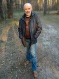 Ένα άτομο της ώριμης ηλικίας στην πλήρη αύξηση του δάσους στοκ εικόνες