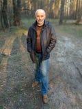 Ένα άτομο της ώριμης ηλικίας στην πλήρη αύξηση του δάσους στοκ φωτογραφία με δικαίωμα ελεύθερης χρήσης
