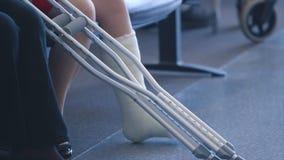 Ένα άτομο το επικονιασμένο σπασμένο πόδι που κάθεται με, Κόνακρι απόθεμα βίντεο