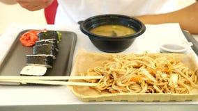 Ένα άτομο τρώει τα κινεζικά τρόφιμα σε ένα εστιατόριο γρήγορου φαγητού 4K κίνηση αργή απόθεμα βίντεο
